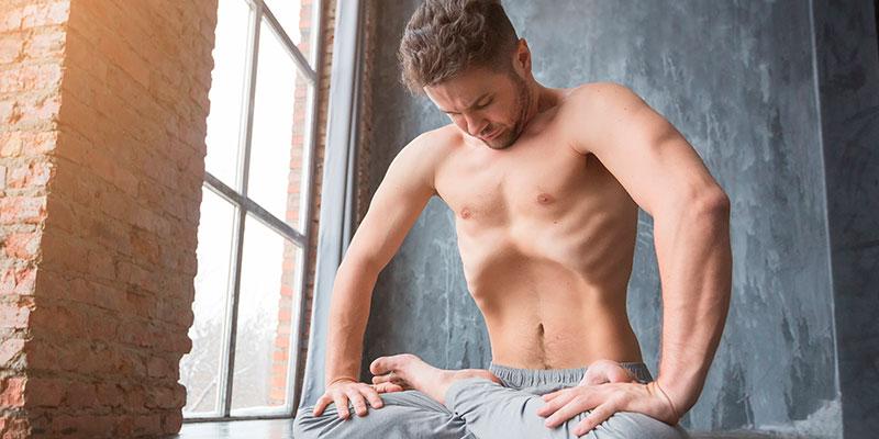 hombre haciendo ejercicio de respiración
