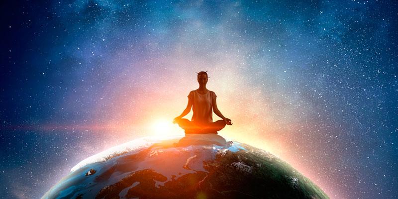 mujer meditando sentada