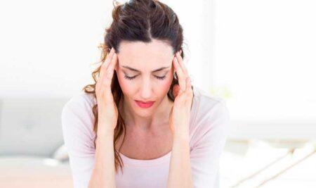 ¿Por qué me duele tanto la cabeza después de estar con personas negativas o en lugares pesados?